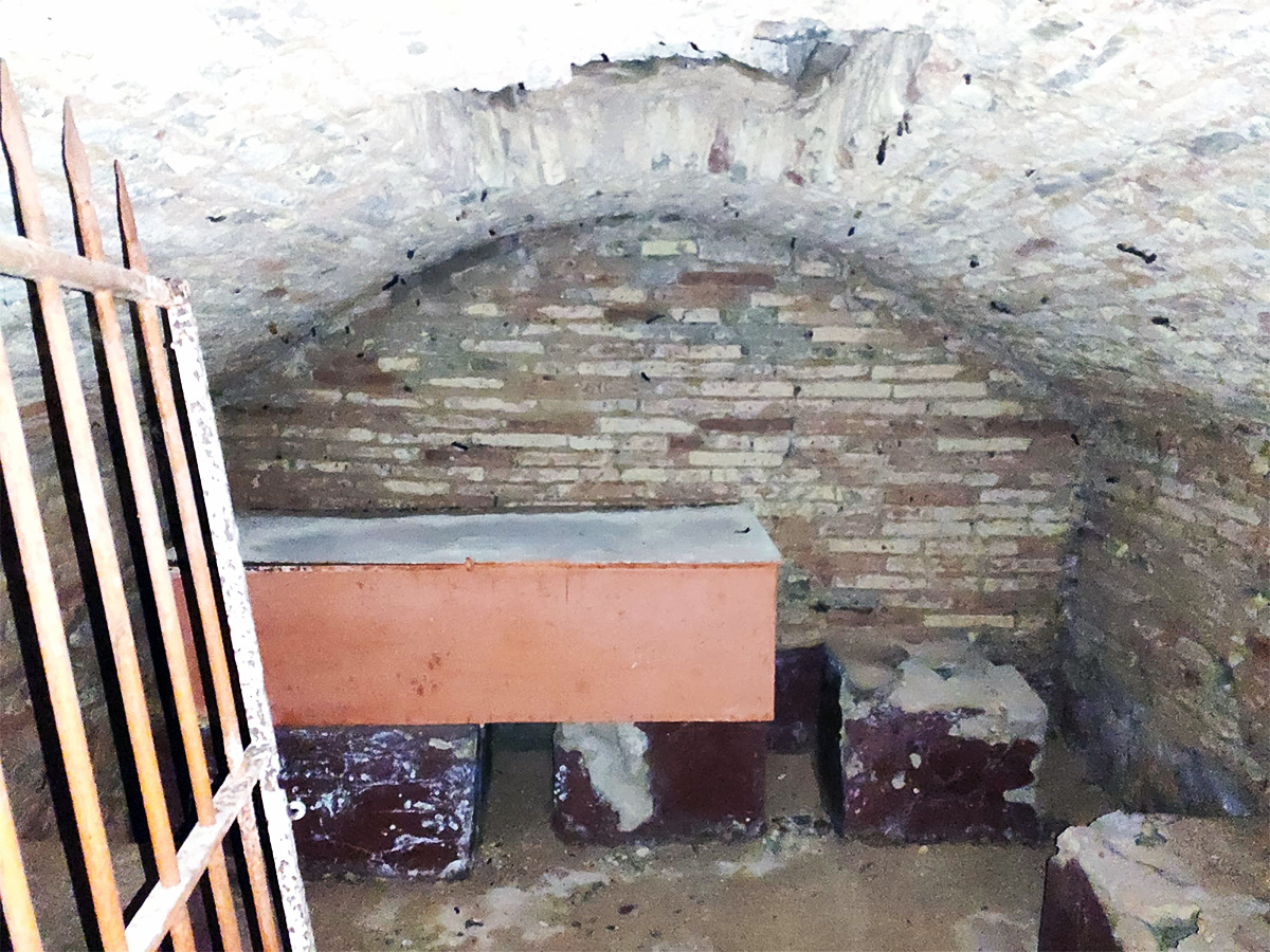 Cripta bajo el altar de la iglesia de Botorrita.