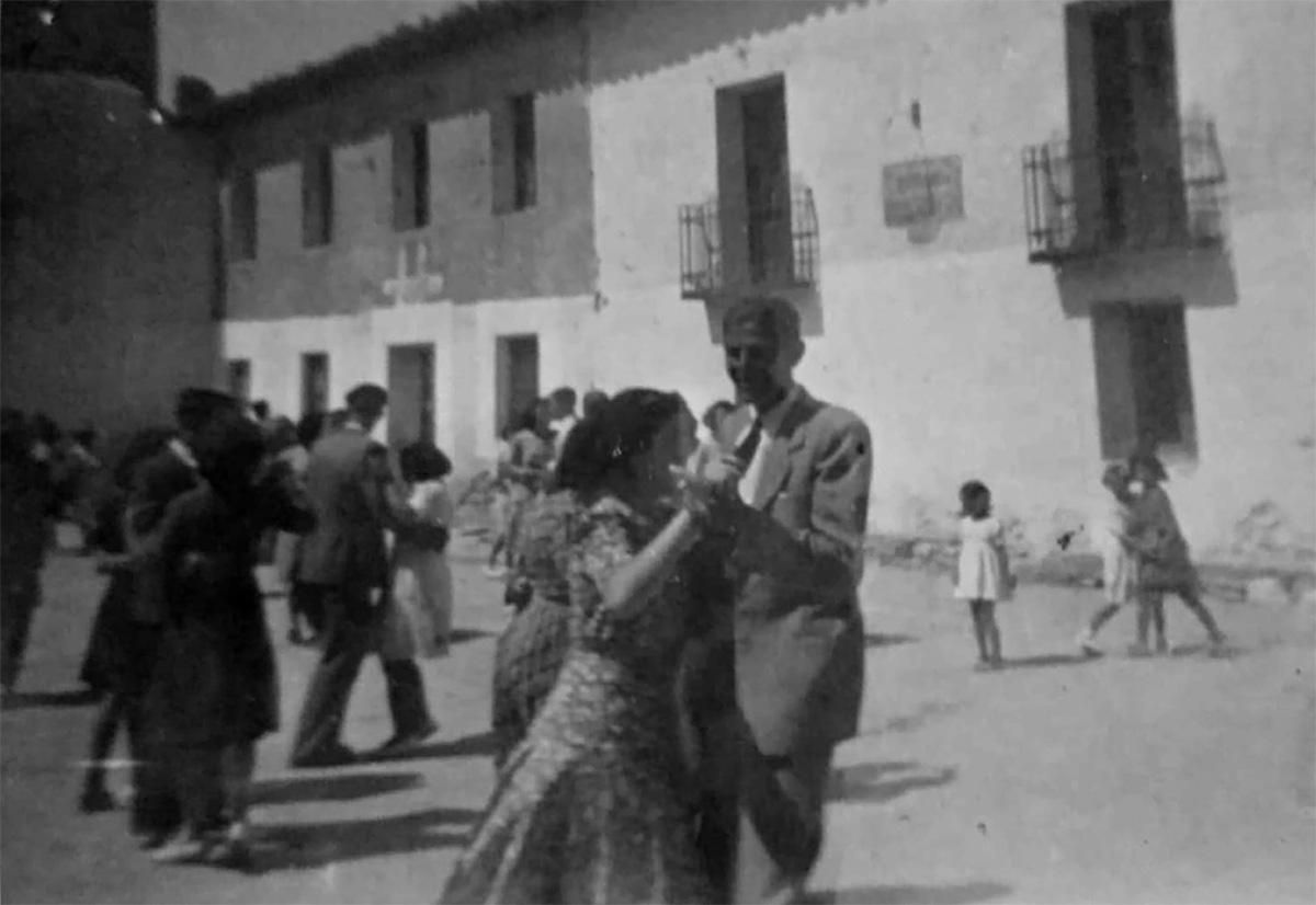 Dia de baile en el frontón, a la derecha el casino y al fondo las escuelas. Foto: Sara Boldova