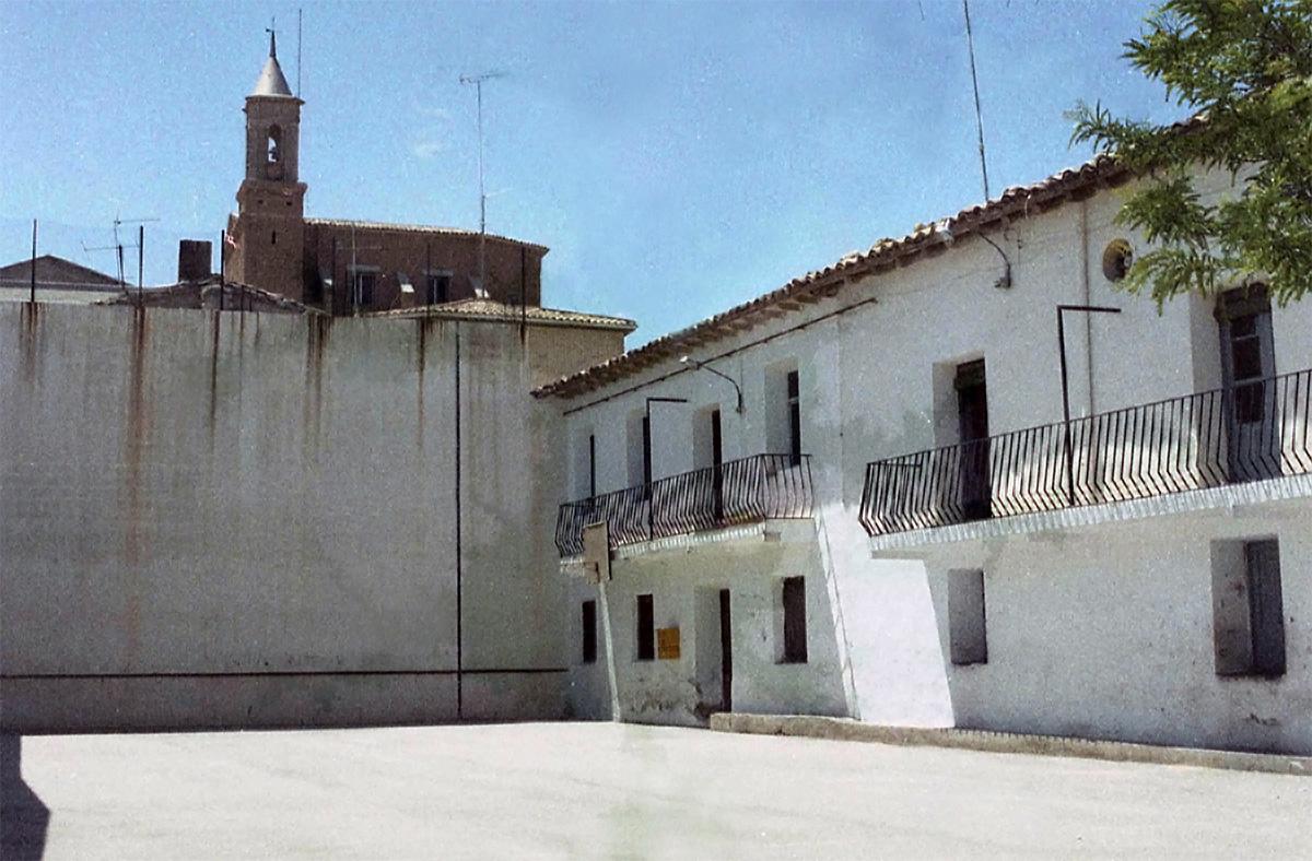 El frontón con los edificios del ayuntamiento y el casino en los años 80.